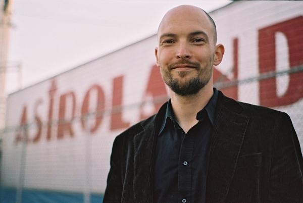 """Autorenfotos für Kipenheuer und Witsch (""""Bestattung eines Hundes"""" 2008)  in Coney Island  (siehe auch Serien: Astroland)"""